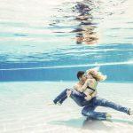 unterwasser Paar Shooting in Jeans und Hemd