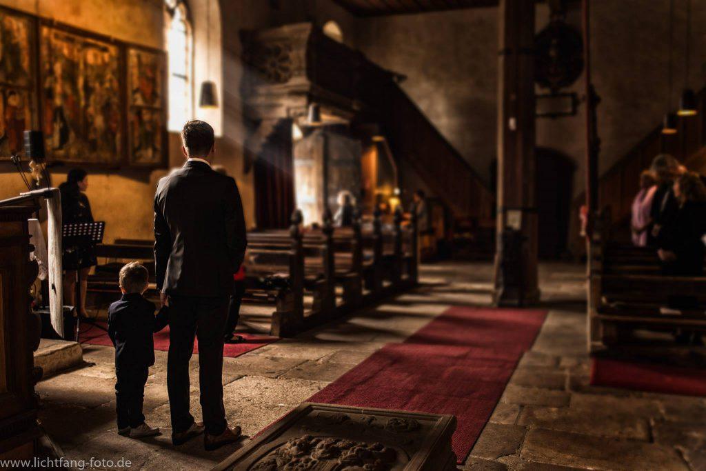 Sohn und Vater warten auf die Braut, kirchliche Trauung in Nürnberg