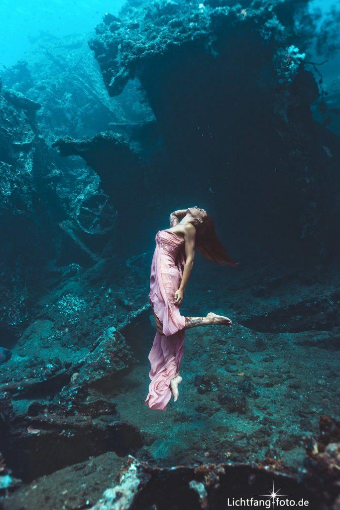 Unterwassermodel Julia an der US Liberty (Tulamben)